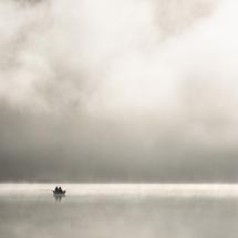 Less is more.... (?) Båt med fiskere i morgontåke.